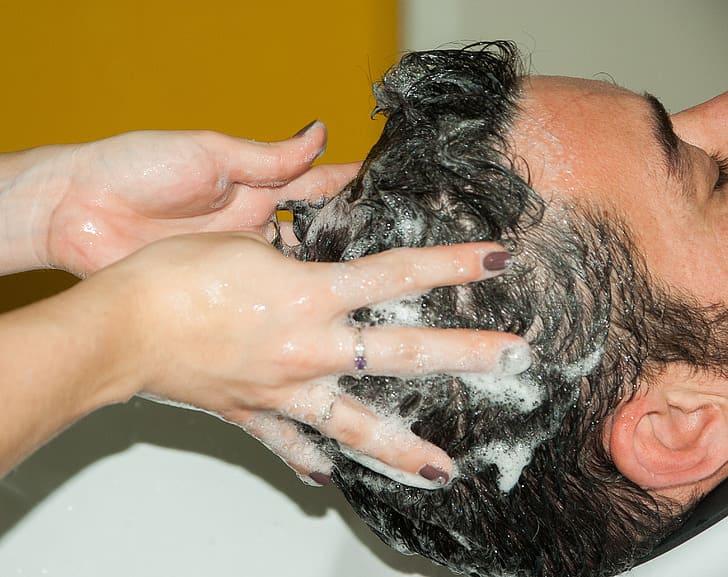 homem lavando o cabelo